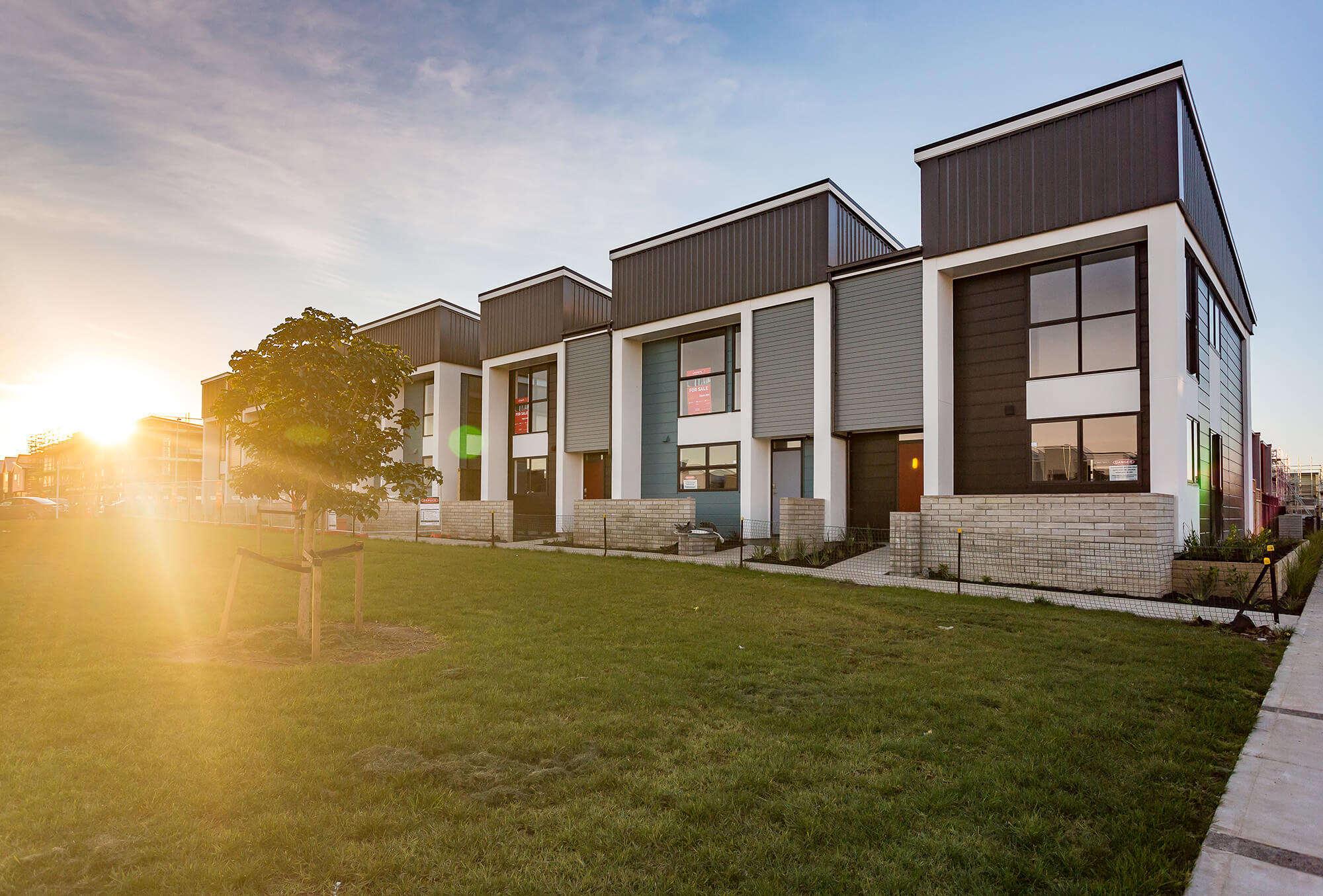 "Hobsonville Point 最大规模民宅建企:Universal Homes,60年经验筑造品质新房,为您开启""非凡·新·生活""! 198+套全新房持续开发中,优质户型,抢先预订。"