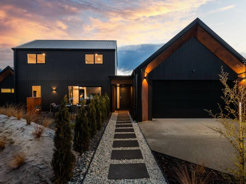 Queenstown 5房 Standout home and income