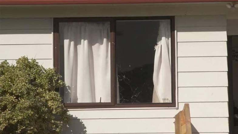 命悬一线!南奥克兰发生驾车枪击住宅事件,业主全家逃命寻求避护