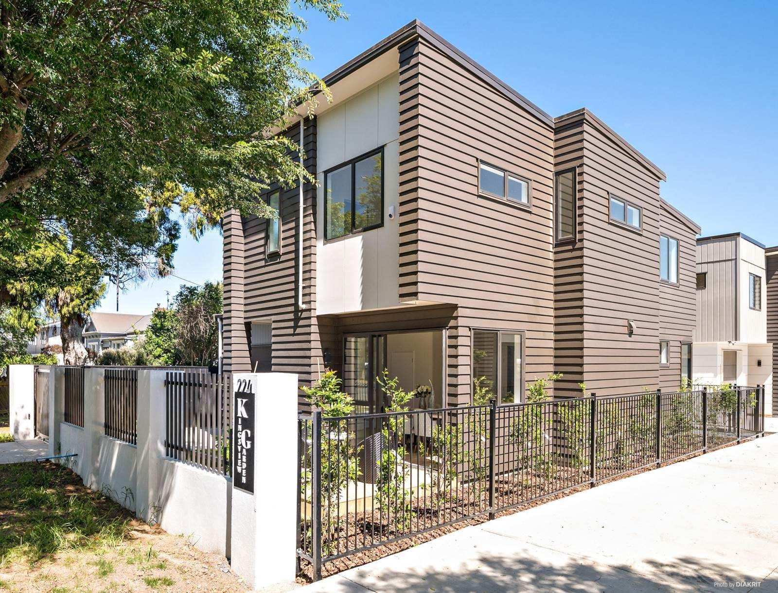 Otahuhu 3房 全新海滨美墅 亮点吸睛 步行2分钟至海滩 靠近Syliva Park & CBD 自住&投资两相宜! Brand New Waterfront House - Walk to the Beach!