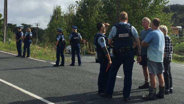 奥克兰西区今天发生的这件事,竟惊动了8名武警和12辆警车!