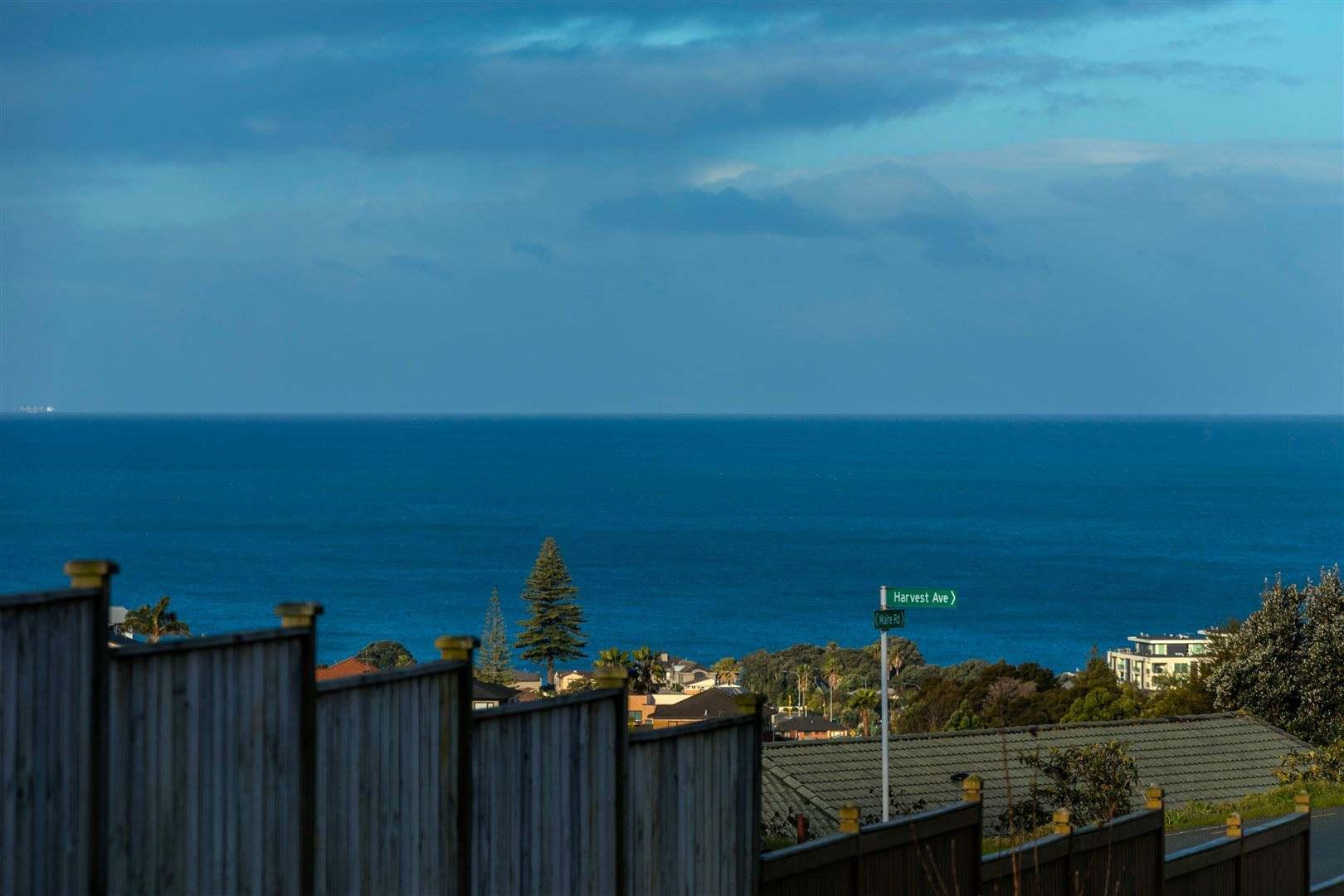 Orewa 5房 全新海景别墅 风格吸睛 步行至学校 海滩近在咫尺 车位充足 绝对不会让您失望! Big, Brand New & Sea Views