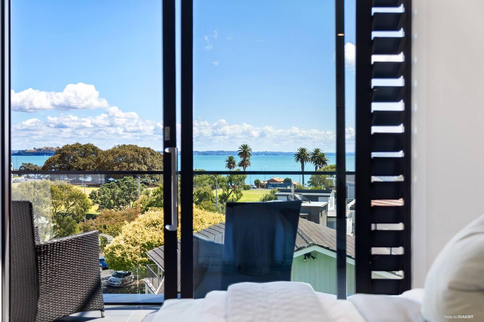 Saint Heliers 3房 全新奢华城市屋 享海港无垠风光 采光一流 步行至海滩/公园 舒适生活等你来 Perfect Village Lifestyle & Sea Views