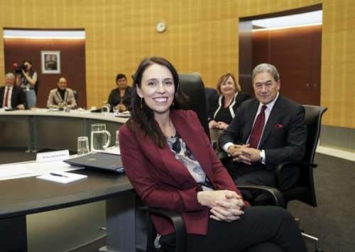 网友沸腾了!美国歌手蕾哈娜竟然@NZ总理Jacinda,还对她说了这番话……