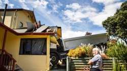 无人驾驶的卡车直接冲进他们的卧室!这对新西兰老夫妇与死神擦肩