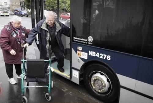 """奥克兰年迈夫妇试乘新巴士,被""""扔""""在医院300米之外,步行前往累得气喘吁吁!"""