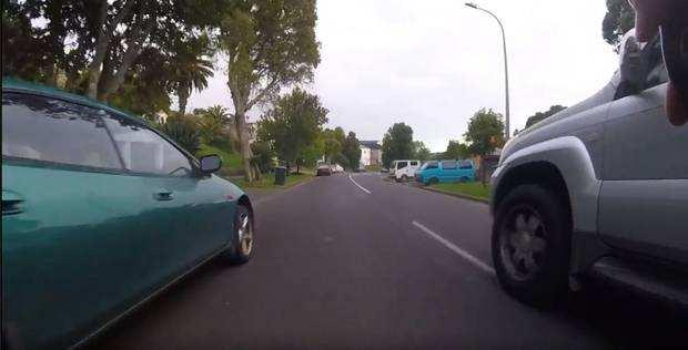 奥克兰司机在狭窄弯道暴力超车,差点和自行车相撞造成人员伤亡