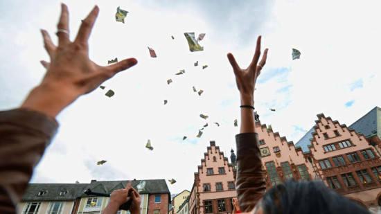 天降横财!奥克兰路边垃圾堆惊现3万现金!但捡钱人的这种行为却可能触犯法律…